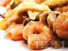 Рецепта Пържени дребни скариди пане в белтък и картофено пюре на прах по китайски с грах, моркови и сушени черни гъби